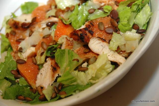 Salata de pui, portocale si seminte de dovleac