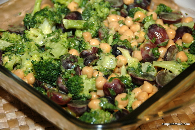 Salata vegetariana cu naut, brocoli si struguri