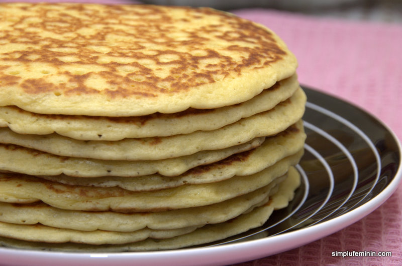 Pancakes cu zer (sau buttermilk), garnisite cu berries si maple syrup