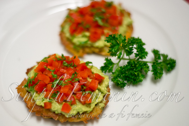 chiftele cartofi, avocado (latkes)